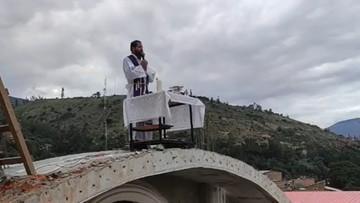 Kościoły zamknięte z powodu epidemii. Ksiądz w Peru odprawia msze na dachu