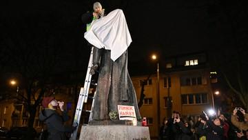 Protest przed pomnikiem ks. Jankowskiego. W tle biły dzwony