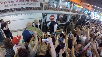 Polscy piłkarze przylecieli do Warszawy. Przywitała ich grupa kibiców