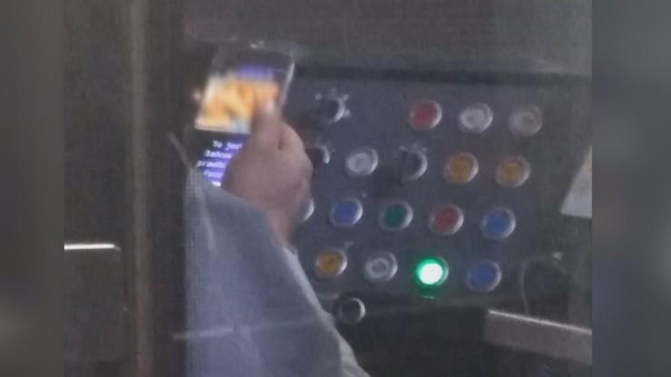 Oglądał porno, gdy prowadził tramwaj. Pasażerka zrobiła mu zdjęcia [WIDEO]