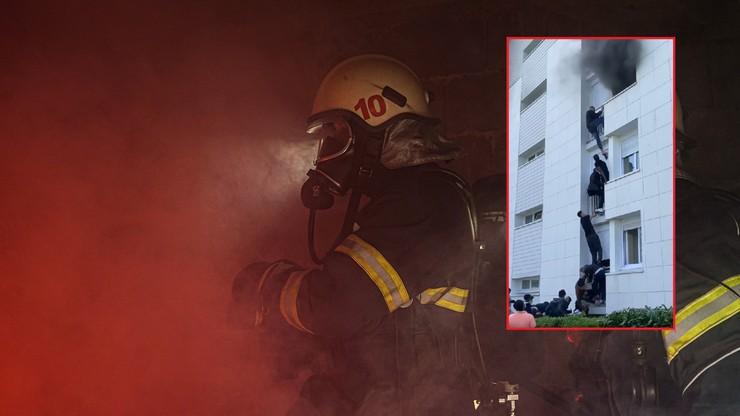 Rodzice wyrzucili dziecko z płonącego budynku. Dramatyczne nagranie