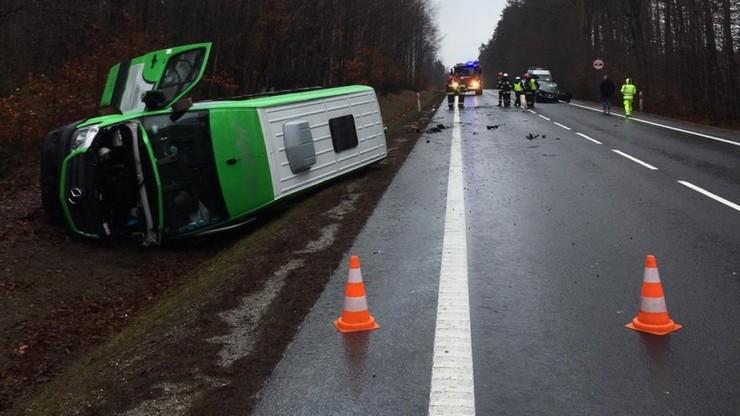 Czołowe zderzenie pasażerskiego busa i samochodu osobowego na Podkarpaciu