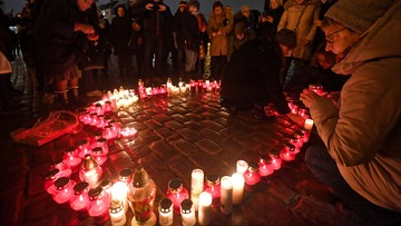 """""""Największe serce świata"""" - w hołdzie dla Pawła Adamowicza zapłonęły znicze"""