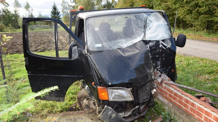 19-latkowie dla zabawy ukradli auta. Rozbite samochody porzucili