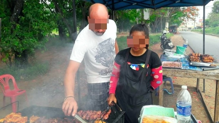 Opublikowano na Facebooku zdjęcia, na których grilluje kurczaka. Zostanie deportowany z Tajlandii