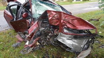 Omijała jeża, roztrzaskała samochód na drzewie