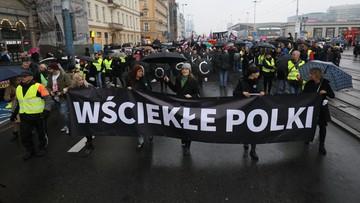 """""""Sytuacja Polek pogarsza się z każdym dniem"""". W """"czarny wtorek"""" kobiety wyszły na ulice polskich miast"""