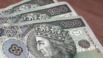 Zwiększają się zarobki Polaków za granicą. Lecz pieniędzy do kraju spływa coraz mniej