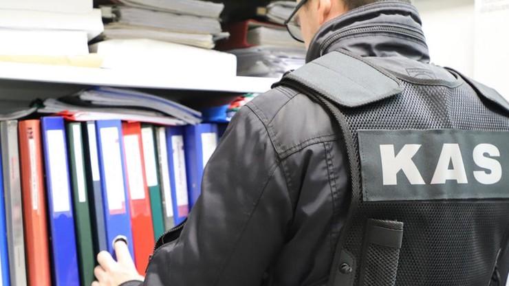 12 podmiotów w łańcuchu wyłudzeń VAT. Krajowa Administracja Skarbowa weszła do firm i mieszkań