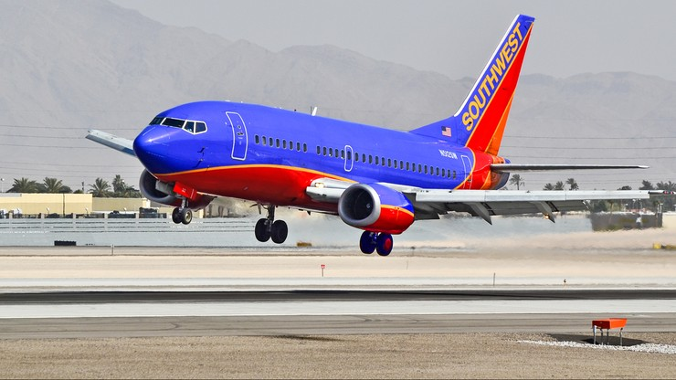 """Stewardesa pozwała Southwest Airlines. Jej mąż zmarł na COVID-19. """"Nie dbano o dystans"""""""