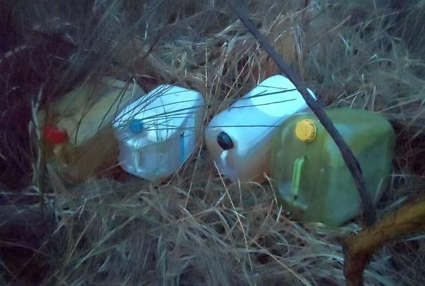 W pobliżu ciężarówki leżały wypełnione kradzionym paliwem kanistry.