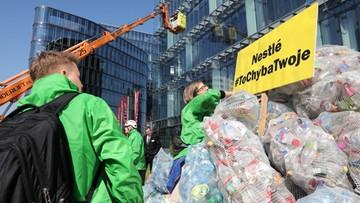Greenpeace zorganizowało happening w Warszawie. 350 kg odpadów przed siedzibą koncernu spożywczego