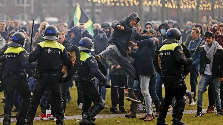 Starcia z policją na ulicach Amsterdamu. Holendrzy mają dość lockdownu