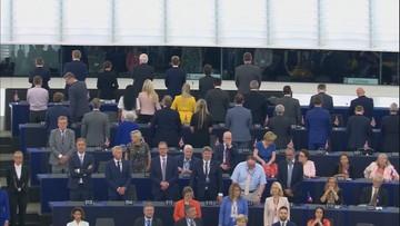 Podczas hymnu UE część europosłów odwróciła się plecami.  Waszczykowski i Zalewska siedzieli