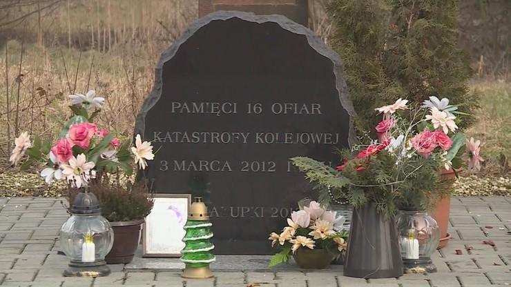 Na miejscu katastrofy powstał pomnik upamiętniający ofiary. Co roku płoną tam znicze