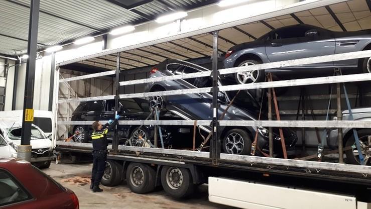 Cztery skradzione luksusowe auta ukryte na polskiej ciężarówce. Kierowcę aresztowano