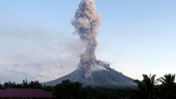 Chmura pyłu wysoka na 5 km, rozszerzona strefa zagrożenia. Wulkan Mayon coraz groźniejszy
