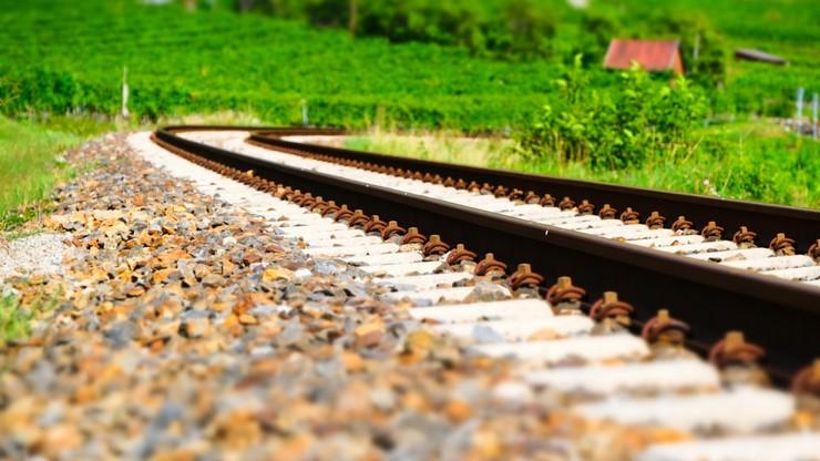 Pociąg przejechał nad śpiącym na torach mężczyzną. 47-latek nie odniósł obrażeń