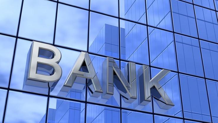 NBP: banki podnoszą opłaty