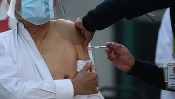 """""""Koronawirus: wróg, który posiada potężne siły"""". Ekspert o potrzebie szczepień"""