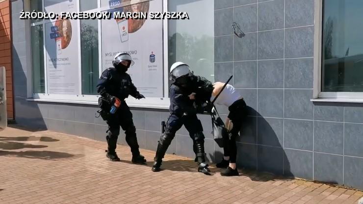 Kontrowersyjna interwencja policji. Protestująca powalona na ziemię