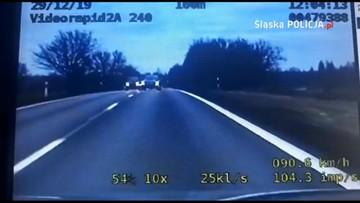 """Na czołówkę z radiowozem. Kierowca bez prawa jazdy """"spieszył się na zakupy"""" [WIDEO]"""