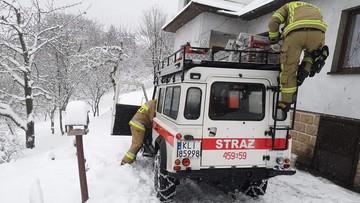 Karetka nie przejechała przez śnieg. Mimo pomocy strażaków pacjent zmarł