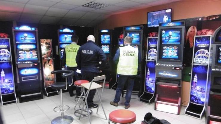 Salon z nielegalnymi automatami do gier hazardowych w fikcyjnym biurze podróży