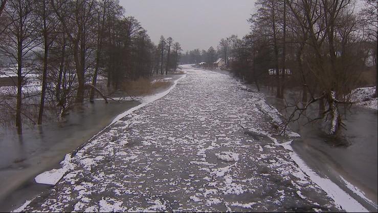 Wylała rzeka Pisa na Podlasiu. Woda dotarła do gospodarstw i zamarzła