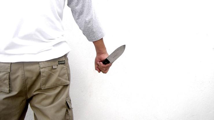 Rzucił się na policjantów z nożem. Funkcjonariusz postrzelił go w udo. Interwencja w Andrespolu
