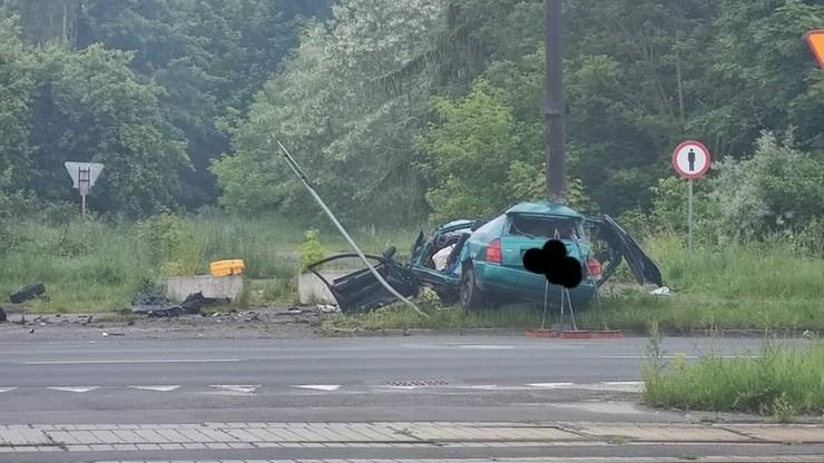 Samochód uderzył w przydrożny słup. Zginęły dwie osoby