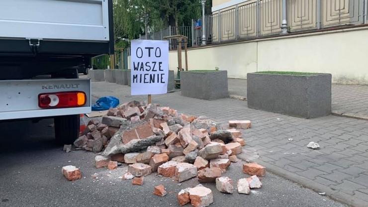 """Młodzież Wszechpolska wsypała gruz przed ambasadą Izraela. """"Oto wasze mienie!"""""""