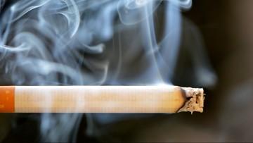 Niepełnosprawny zasnął z papierosem w ustach. Z płonącego łóżka uratowali go policjanci