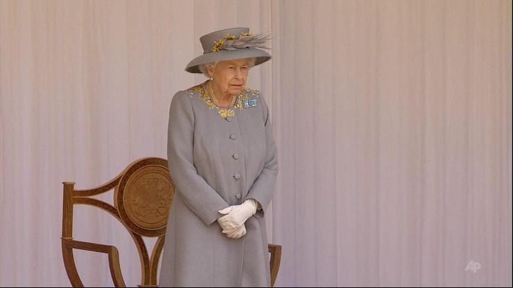Królowa Elżbieta II miała pokroić tort. Chwyciła za miecz