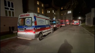 Ogromna kolejka karetek przed szpitalem. 17 zespołów czekało kilkanaście godzin