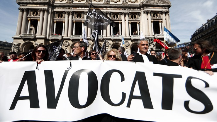Prawnicy w togach i lekarze w kitlach na ulicach Paryża. Protest przeciwko reformie emerytalnej