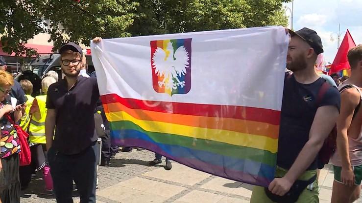 Tęczowe godło na marszu równości do prokuratury. Internauci pytają Brudzińskiego o pelerynę prezesa
