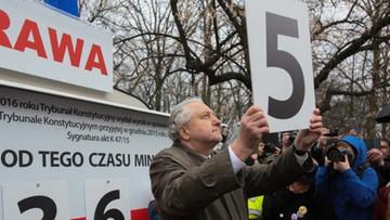 Mija rok od protestu KOD. Prof. Rzepliński na uroczystości przed kancelarią premiera