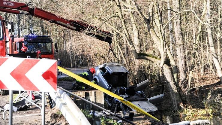 Auto wpadło do stawu, zginęło pięć osób. Prokuratura ujawnia szczegóły