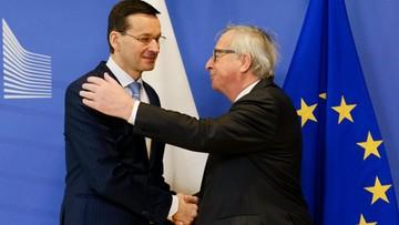"""Premier wręczył Junckerowi """"białą księgę"""". """"Art. 7 nie jest uzasadniony ws. reformy sądownictwa"""""""