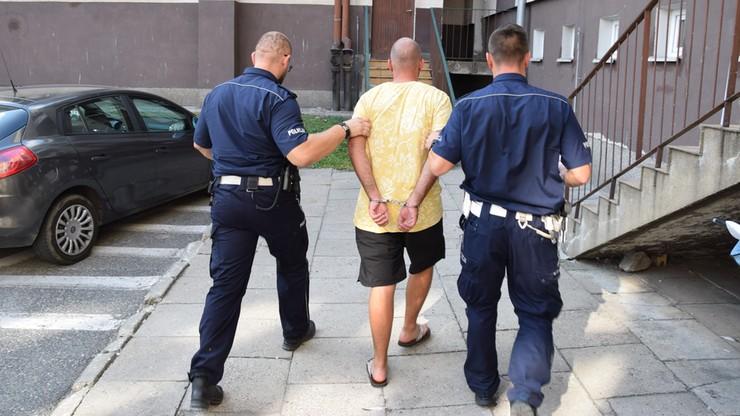 Policjanci podczas kontroli drogowej znaleźli w samochodzie zwłoki kobiety