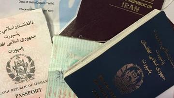 Niszczą paszporty, aby ukryć tożsamość i kraj pochodzenia