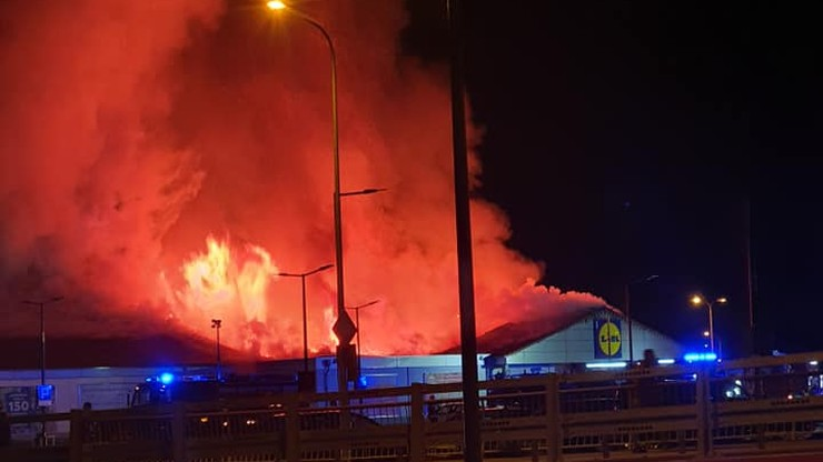 Pożar Lidla w Kielcach. Zawalił się dach budynku