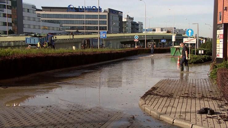 Awaria wodociągowa w Warszawie. Zalana ulica, przerwy w dostawach wody nawet do piątku