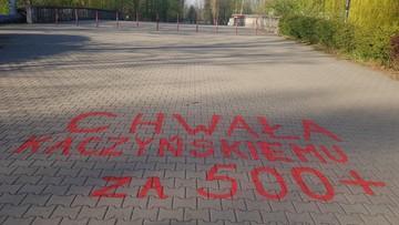 """""""Chwała Kaczyńskiemu za 500+"""". Napisy na alejkach w Sosnowcu"""