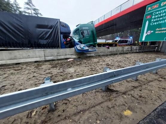 Kamper zderzył się z ciężarówką. S1 zablokowane
