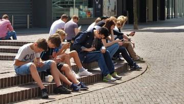 Wulgarne filmy i przemoc na smartfonach dzieci. Ministerstwo ostrzega