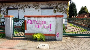 """""""Aborcyjne k*****!"""". Wulgarny napis na płocie żony prezydenta Poznania"""