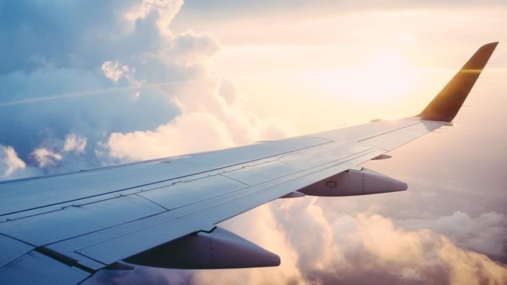 Rząd utrzymał zakaz lotów do 45 krajów. Jest lista