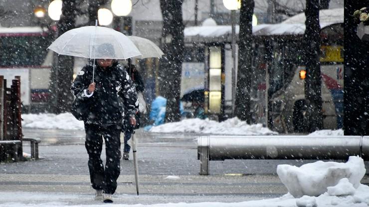 Komunikacyjny chaos w Japonii. Opady śniegu unieruchomiły na drodze 1,4 tys. samochodów